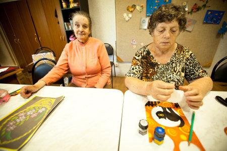 ergotherapie: PODPOROZHYE, RUSLAND - JULI 3: Dag van Gezondheid in Centrum van sociale voorzieningen voor gepensioneerden en gehandicapten Otrada (bezigheidstherapie voor ouderen), 3 juli 2012 in Podporozhye, Rusland. Redactioneel