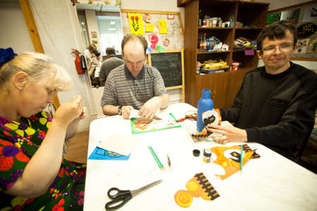 ergotherapie: PODPOROZHYE, RUSLAND - 3 juli: Dag van de Gezondheid in Centrum van sociale voorzieningen voor gepensioneerden en gehandicapten Otrada (bezigheidstherapie voor ouderen), 3 juli 2012 in Podporozhye, Rusland. Redactioneel