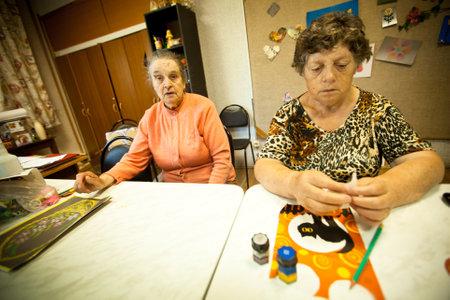 terapia ocupacional: Podporozhye, Rusia - 03 de julio: D�a de la Salud en el Centro de Servicios Sociales para Jubilados y discapacitados Otrada (terapia ocupacional para eldery), 3 de julio de 2012 en Podporozhye, Rusia.