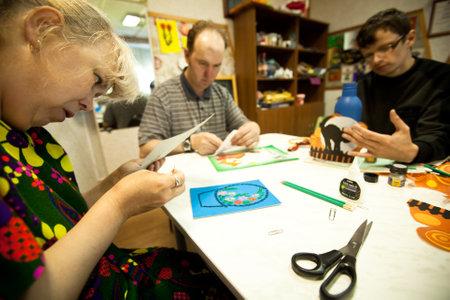 terapia ocupacional: Podporozhye, Rusia - 03 de julio: D�a de la Salud en el Centro de Servicios Sociales para Jubilados y discapacitados Otrada (terapia ocupacional para eldery y discapacitados), 3 de julio de 2012 en Podporozhye, Rusia. Editorial