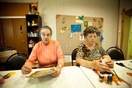 ergotherapie: PODPOROZHYE, Rusland - 3 juli: Dag van de Gezondheid in Centrum van sociale voorzieningen voor gepensioneerden en gehandicapten Otrada (bezigheidstherapie voor ouderen en gehandicapten), 3 juli 2012 in Podporozhye, Rusland. Redactioneel