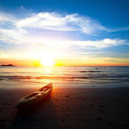 ocean kayak: Kayak en la playa al atardecer