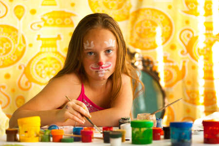 make dirty: Little girl artist, drawing paint with paint of face