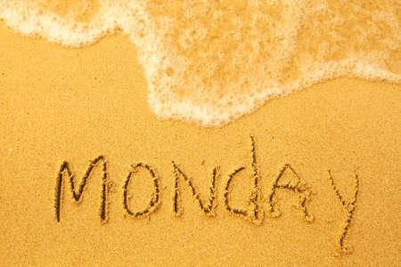 Pazartesi - plaj doku kum yazılı - deniz gün hafta serisinin yumuşak dalgası