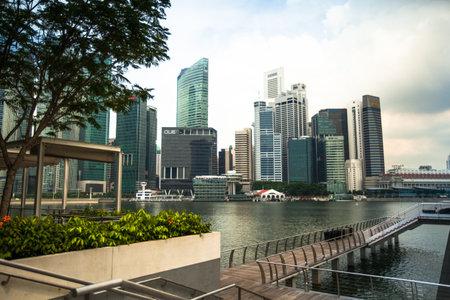 SINGAPUR - 15 de abril: Una vista de la ciudad en el distrito financiero Marina Bay el 15 de abril de 2012 en Singapur. Centro financiero de Asia, la ciudad-estado es uno de los pa�ses en desarrollo m�s din�mica del mundo. Foto de archivo - 19309708