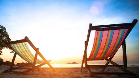 silla playa: Tumbonas en la costa del mar desierta al amanecer