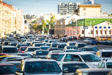 자동차가 모스크바의 교통 정체에 서있다.