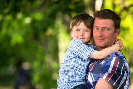 gente saludable: Retrato de padre e hijo en el parque