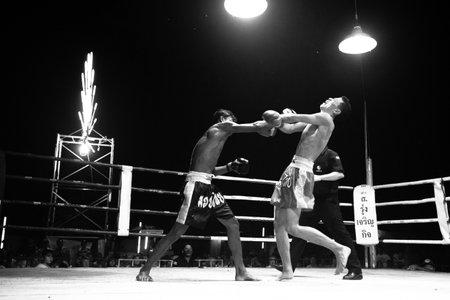 unidentified: Chang, Tailandia - 22 de febrero: El combatiente no identificado Muaythai en el anillo durante el partido (serie de alto contraste en blanco y negro), 22 de febrero 2013 en Chang, Tailandia. Para muchos hombres tailandeses, Muaythai �nica manera de salir de la pobreza, por batalla paga a 7.000 baht.