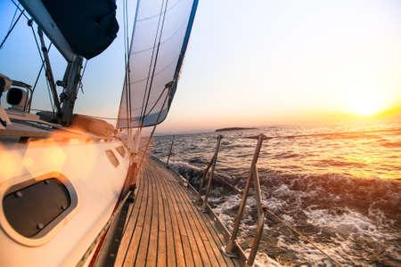 日没時に、セーリング レガッタ 写真素材