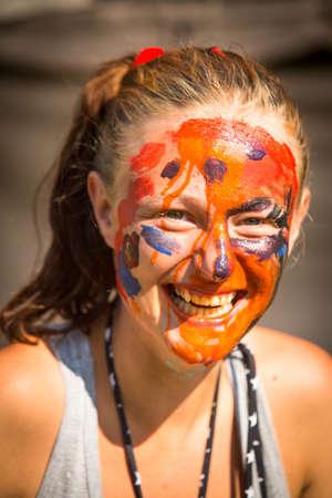 cara pintada: Muchacha emocional con la cara pintada