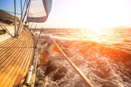 Segelyacht vor Sonnenuntergang. Luxus-Yachten.
