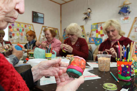 ergotherapie: PODPOROZHYE, RUSLAND - 3 juli: Dag van de Gezondheid in Centrum van sociale voorzieningen voor gepensioneerden en gehandicapten Otrada (bezigheidstherapie voor ouderen en gehandicapten), 3 juli 2012 in Podporozhye, Rusland.