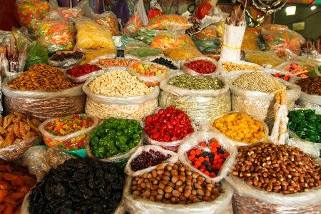 tbilisi: TBILISI, GEORGIA - 18 luglio: Vendita di prodotti agricoli sul mercato alimentare centrale, 18 LUGLIO 2011 a Tbilisi, Georgia. Adatto per zone agricole rappresentano solo il 16% del territorio totale del paese.