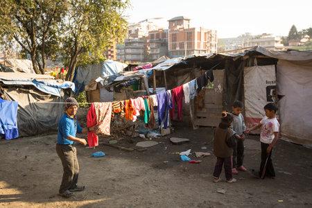 KATHMANDU, NEPAL - 16 december: Unidentified arme mensen in de buurt van hun huizen in sloppenwijken in de wijk Tripureshwor, 16 december 2013 in Kathmandu, Nepal. Kaste van onaanraakbaren in Nepal, is ongeveer 7% van de bevolking. Redactioneel