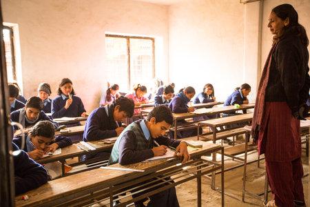 censo: Katmand�, NEPAL - 19 de diciembre: ni�os desconocidos en la lecci�n en la escuela p�blica, 19 de diciembre 2013 en Katmand�, Nepal. Alfabetizaci�n de adultos (15 a�os +) 60.3% (mujeres: 46,3%, hombres: 73%) en un censo de poblaci�n de 2010.