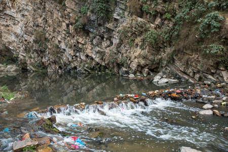 contaminacion ambiental: La contaminaci�n ambiental en el Himalaya. Basura en el agua del r�o. Foto de archivo