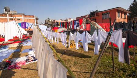 wet clothes: Ropa mojada de colores lavados en Katmand�, Nepal. Foto de archivo