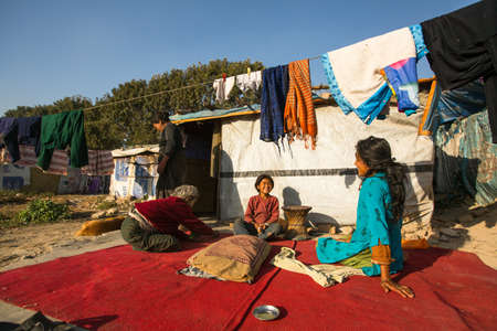 gente pobre: Katmand�, NEPAL - 16 de diciembre de 2013: la gente pobre no identificados cerca de sus casas en los barrios de tugurios en el distrito Tripureshwor, Katmand�. La casta de los intocables en Nepal, es alrededor del 7% de la poblaci�n.