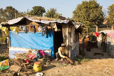 KATHMANDU, NEPAL - 16 december 2013: Unidentified arme mensen in de buurt van hun huizen aan sloppenwijken in de wijk Tripureshwor, Kathmandu. Kaste van onaanraakbaren in Nepal, is ongeveer 7% van de bevolking.