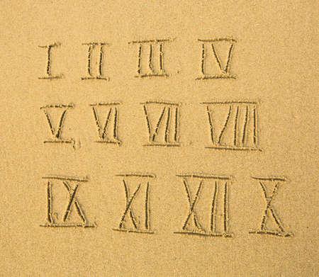 numeros romanos: Números romanos (números) escrito en una playa de arena.