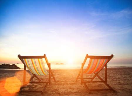vacanza al mare: Coppia di sedie sdraio sulla costa del mare.