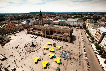 main market: Veduta della piazza principale � il principale piazza del mercato della citt� vecchia di Cracovia, in Polonia. Editoriali