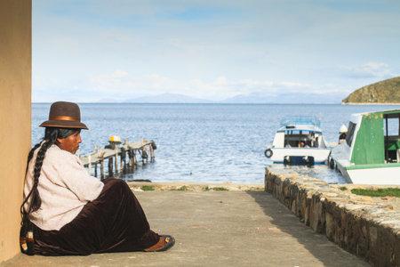 actividad econ�mica: ISLA DEL SOL, BOLIVIA - 21 de enero: Sin determinar mujer Aymara local en su pueblo, 21 de enero de 2011, sobre la Isla del Sol, Bolivia. Actividad econ�mica principal de 800 familias en la isla es la agricultura, la pesca y el turismo. Editorial