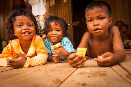 2013 年 4 月 8 日 Berdut、マレーシアでの彼の村の BERDUT、マレーシア - 4 月 8日: 正体不明子供たちアスリ-53 歳平均余命、貧困ライン以下にすべてアスリ 報道画像