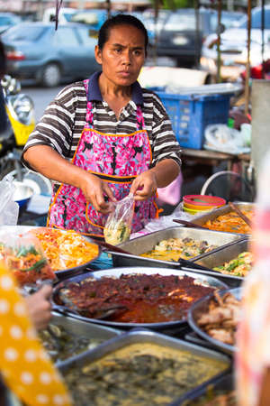ambulant: AYUTTHAYA, THAILAND - MAR 11: An unidentified street seller on market in the center about temples on Mar 11, 2012 in Ayutthaya, Thailand. Ayutthaya historical park is the ruins of the former capital of the Kingdom of Siam is a very popular tourist destina