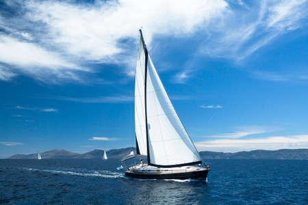 セーリング。ヨットに乗る。贅沢なヨット。