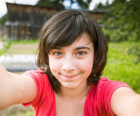 jolie jeune fille: Teen-fille de prendre un Selfie dans le parc. Banque d'images