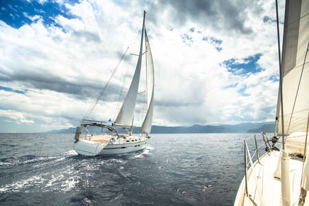 セーリング ヨットの嵐の海のレース。 写真素材