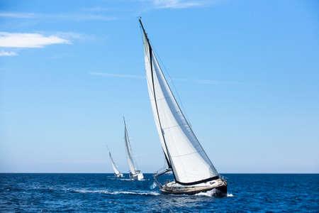 bateau voile: Bateaux en régate. Yachts de luxe. Banque d'images