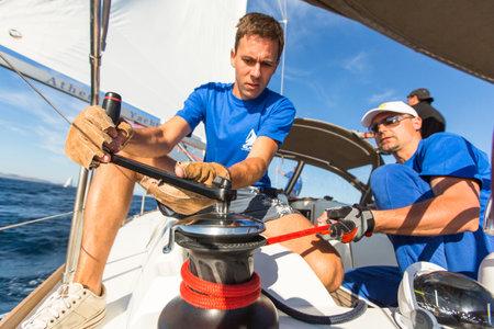 """Patrasso, Grecia - 2 ottobre 2014: i marinai non identificati partecipano a vela regata """"12 ° Ellada Autunno 2014"""" sul Mar Egeo. Editoriali"""