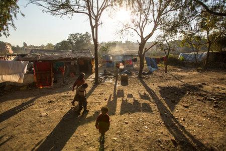arme kinder: KATHMANDU, NEPAL - 16. Dezember 2013: Unbekannte arme Kinder in der N�he ihrer H�user in den Slums in Tripureshwor Bezirk. Kaste der Unber�hrbaren in Nepal, ist etwa 7% der Bev�lkerung.