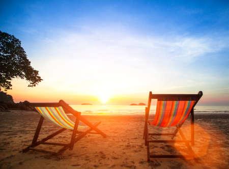 Liegen auf verlassenen Küste Meer bei Sonnenaufgang. Standard-Bild
