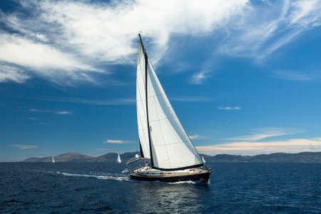 ヨットに乗る。セーリング レガッタでボートします。贅沢なヨット。 写真素材