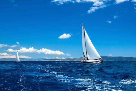 Żaglówka statku. Regaty żeglarskie. Luksusowe jachty. Zdjęcie Seryjne