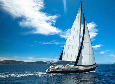Segeln. Boot im Segelregatta. Luxusyachten.