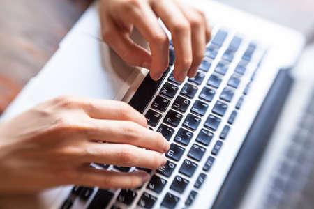 klawiatura: Kobieta ręce pisania tekstu na klawiaturze, widok z góry.