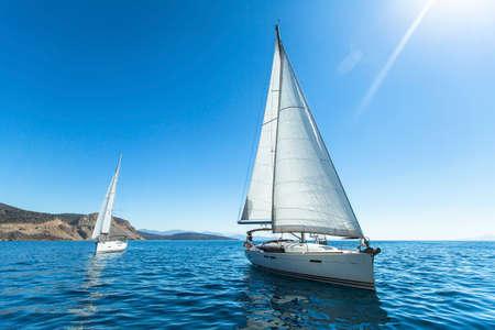 Segelregatta. Luxusyachten. Segeln in den Wind durch die Wellen an der Ägäis in Griechenland. Standard-Bild - 36063437