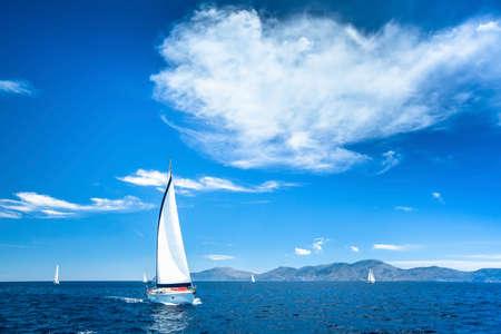 Boot in varen regata op de zee. Stockfoto