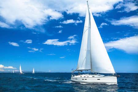 voile: Voile de bateau ou voile de course de la r�gate sur le bleu de la mer de l'eau.