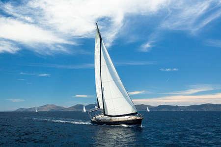 bonne aventure: Voilier de plaisance sur l'eau de l'océan, vie en plein air. Le luxe.