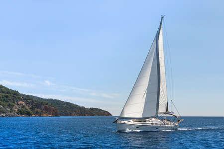 波を風でセーリング。地中海でヨットに乗る。