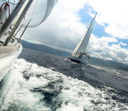 Wyścig jachtów w sztormowej pogody. Regaty żeglarskie.