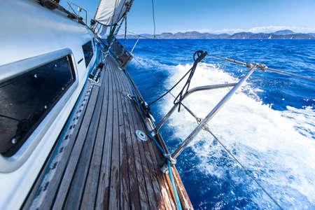deportes nauticos: Vela. Yate en regata de vela. Yates de lujo.