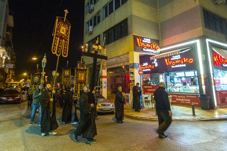 bonsoir: ATHENES, GRECE - 10 avril 2015: les gens non identifi�s au cours de la c�l�bration de la P�ques orthodoxe - V�pres du vendredi (le Epitaphios en grec servi dans Bon vendredi soir).