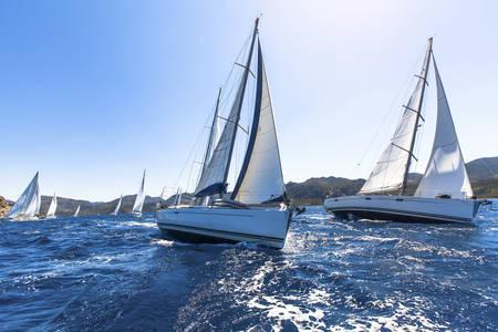 Naviguer dans le vent à travers les vagues de la mer Égée en Grèce. Régate de voile. Yachts de luxe. Banque d'images